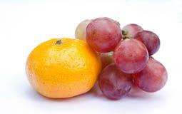 Rote Traube und Orange lokalisiert auf Weiß stockbilder