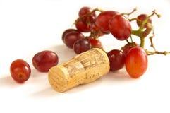 Rote Trauben mit Weinkorken Lizenzfreies Stockbild