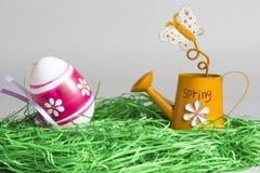 Rote Tulpe und farbige Eier Stockfotografie