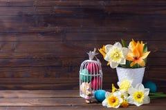 Rote Tulpe und farbige Eier Lizenzfreie Stockfotografie