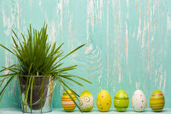 Rote Tulpe und farbige Eier Stockbild