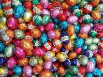 Rote Tulpe und farbige Eier Stockfoto