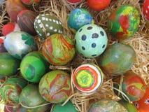 Rote Tulpe und farbige Eier Ostereier verziert von den Kindern in der Art Lizenzfreie Stockfotos