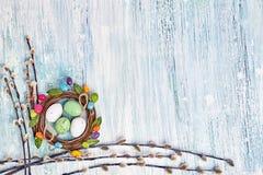 Rote Tulpe und farbige Eier Pussy-Weidenniederlassungen und dekorative Ostereier auf hellblauem Hintergrund Kopieren Sie Platz Stockfoto