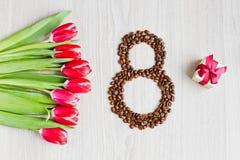 Rote Tulpen, Geschenkboxkaffee und Mais Stockfoto