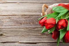 rote Tulpen im Korb Lizenzfreie Stockfotos