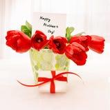 Rote Tulpen mit weißem giftbox Lizenzfreies Stockbild