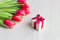 Rote Tulpen und Geschenkbox mit rotem Bogen Stockfoto
