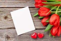 Rote Tulpen und Valentinsgruß ` s Tagesgrußkarte stockfoto