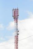 Rote Turmkommunikation mit Drähten gegen den Himmel Lizenzfreies Stockfoto