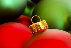 Rote u. grüne Weihnachtsverzierungen Stockfotos
