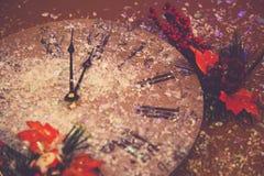 Rote Uhruhr mit 2018 Dekorationen der guten Rutsch ins Neue Jahr-Hintergrundfeierkarte funkelnde Stockbild