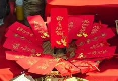 Rote Umschläge neues Jahr-MondKalligraphie verziert mit Text ` Verdienst, Vermögen, Langlebigkeit ` auf Vietnamesisch Lizenzfreies Stockbild