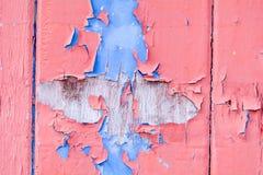 Rote und blaue abgeblätterte Farbe auf Holztür Lizenzfreies Stockbild