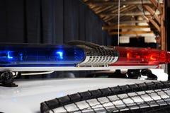 Rote und blaue Blitze auf den Autos der Polizei stockfotos
