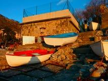 Rote und blaue Boote Stockfotos