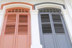 Rote und blaue Fenster Stockfoto