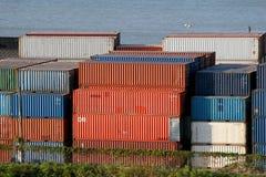 Rote und blaue Fracht stockbild