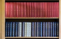 Rote und blaue Gesetzbücher im Bücherregal Stockfoto