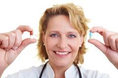 Rote und blaue Pille Stockfoto