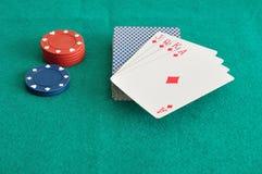 Rote und blaue Pokerchips mit einem Kartenstapel Lizenzfreie Stockfotos