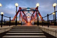 Rote und blaue Roheisenbrücke und -schritte bei Salford stockbilder