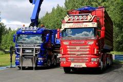 Rote und blaue Scania-LKWs auf Anzeige Lizenzfreie Stockbilder