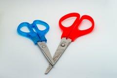 Rote und blaue Scheren lizenzfreie stockfotos