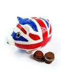 Rote und blaue Sparschwein-und Geld-Münzen lokalisiert Lizenzfreie Stockfotos