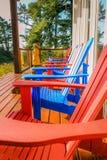 Rote und blaue Stühle in Ucluelet Stockbilder
