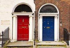 Rote und blaue Türen Stockfotografie