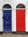 Rote und blaue Türen mit weißen Einfassungen stockbild