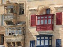 Rote und blaue Valletta-Balkone Stockfotografie