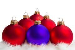 Rote und blaue Weihnachtsbaumkugeln Stockbilder