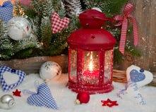 Rote und blaue Weihnachtsdekoration auf Fensterbrett mit Herzen und Stockfoto