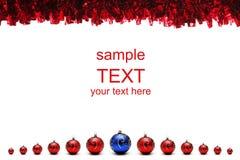 Rote und blaue Weihnachtskugeln mit Filterstreifen Stockfoto