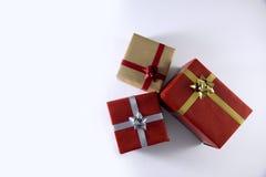 rote und braune Geschenkboxen und Bänder lizenzfreie stockfotos