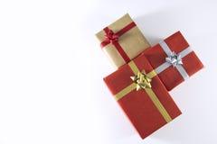 rote und braune Geschenkboxen und Bänder lizenzfreie stockbilder
