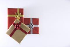 rote und braune Geschenkboxen und Bänder stockfoto