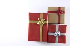rote und braune Geschenkboxen und Bänder lizenzfreies stockfoto