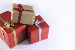 rote und braune Geschenkboxen und Bänder stockfotografie