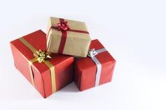 rote und braune Geschenkboxen und Bänder stockfotos