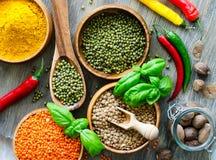 Rote und braune lentlils, moong Bohnen, die Bestandteile kochen lizenzfreie stockfotos