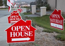 Rote und des Weiß des geöffneten Hauses Zeichen Stockfotos
