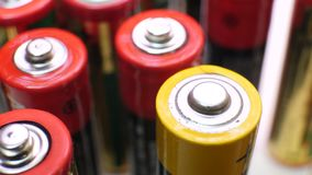 Rote und gelbe benutzte Batterien im Haufen stock footage