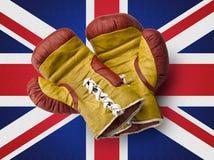 Rote und gelbe boxe Handschuhe auf Union- Jackflagge Stockbilder
