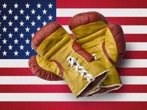 Rote und gelbe boxe Handschuhe auf USA-Flagge Lizenzfreie Stockbilder