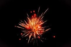 Rote und gelbe Feuerwerke stockfotos