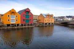 Rote und gelbe Holzhäuser in Norwegen Stockbild