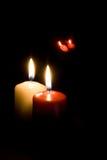 Rote und gelbe Kerzen auf schwarzem Hintergrund Stockfoto